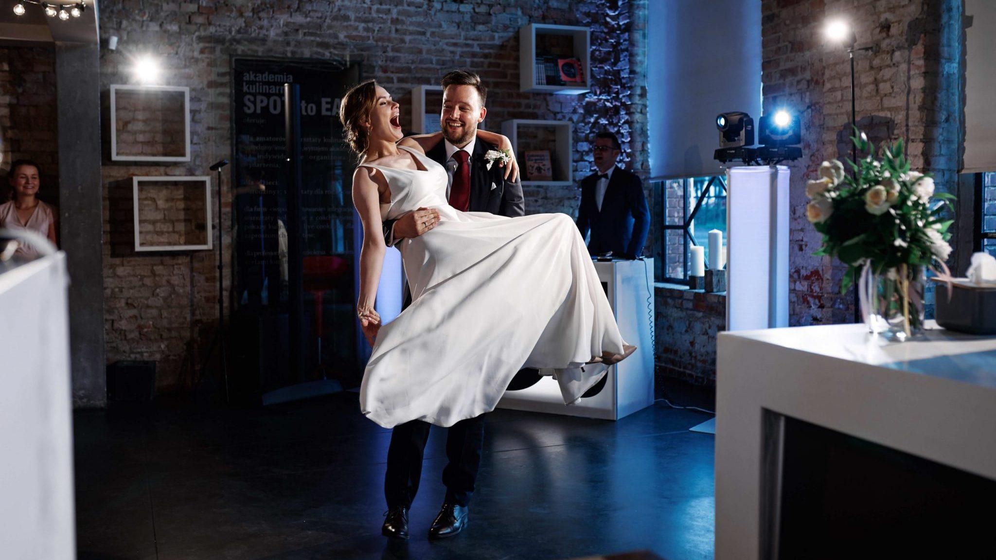 para młoda podczas pierwszego tańca w restauracji Spot na weselu w Poznaniu