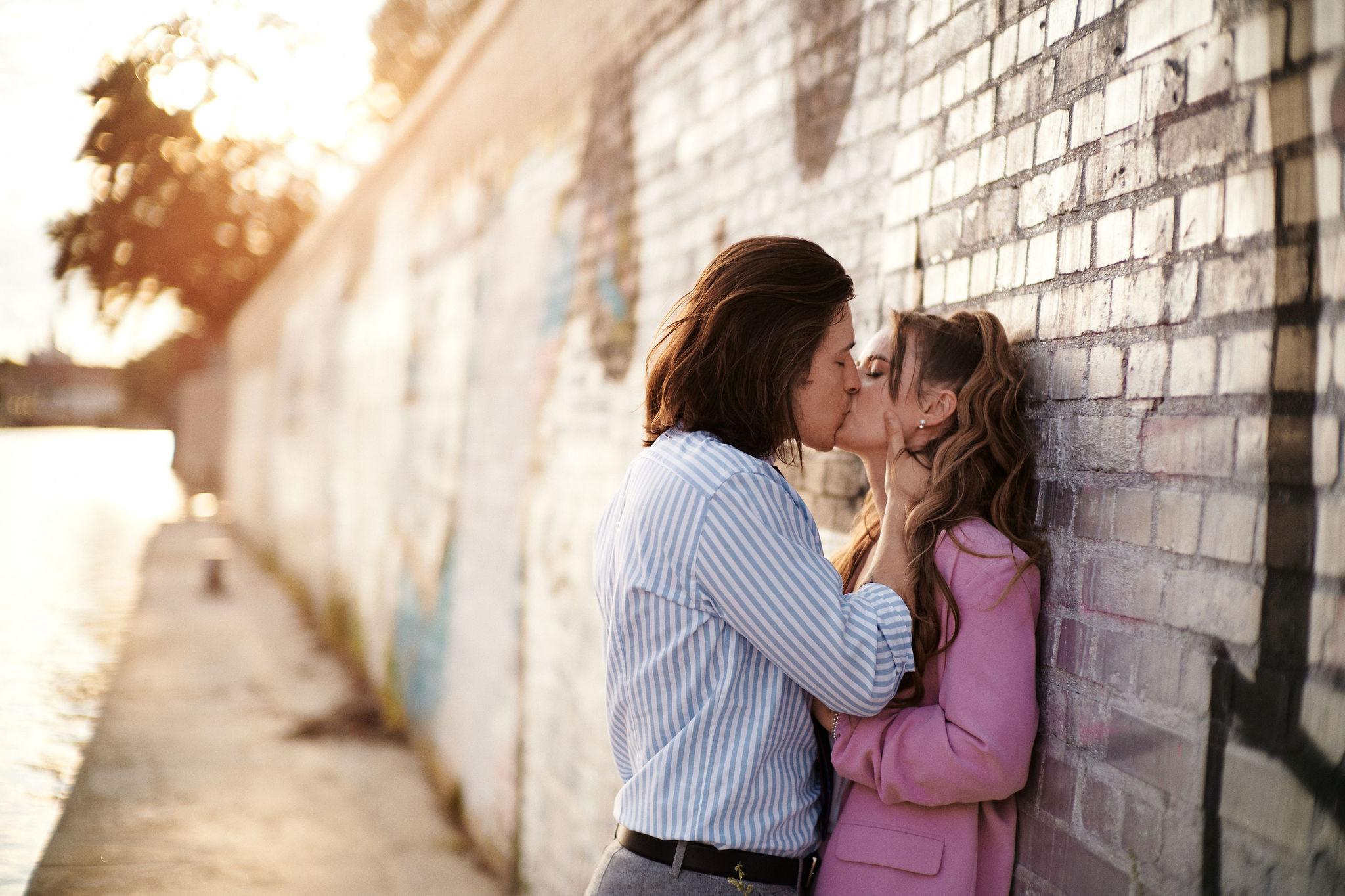 Para zakochanych podczas sesji narzeczeńskiej w wrocławiu pozuje nad brzegiem odry