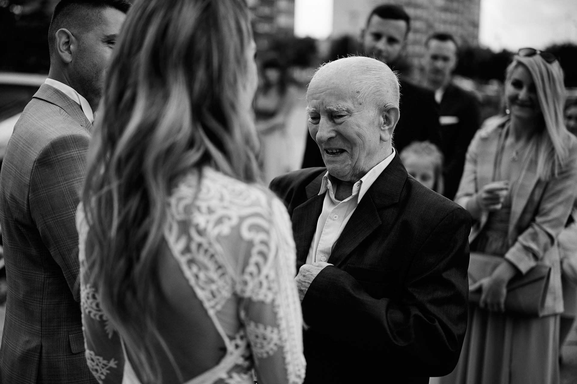 Fotograf na wesele uchwycił emocje dziadka składającego życzenia pannie młodej
