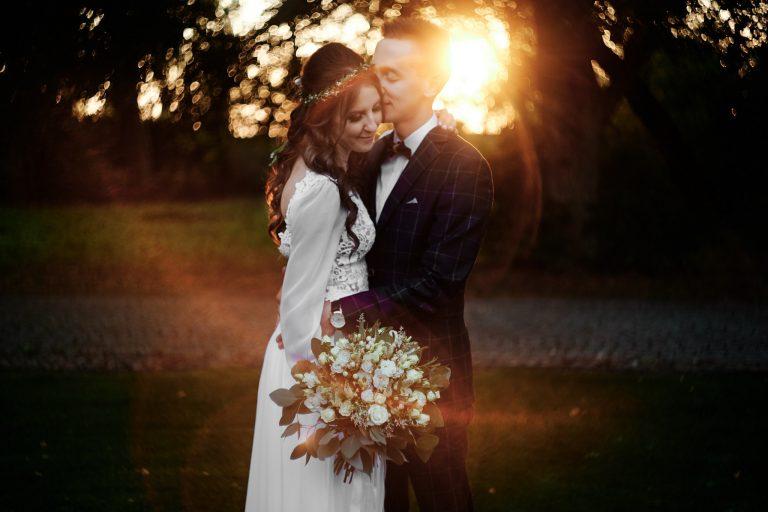 jak wybrać fotografa ślubnego, który wykona zdjęcia pary młodej przy zachodzie słońca?