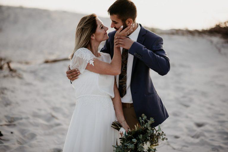 sesja ślubna pary młodej w tle wydm w Łebie