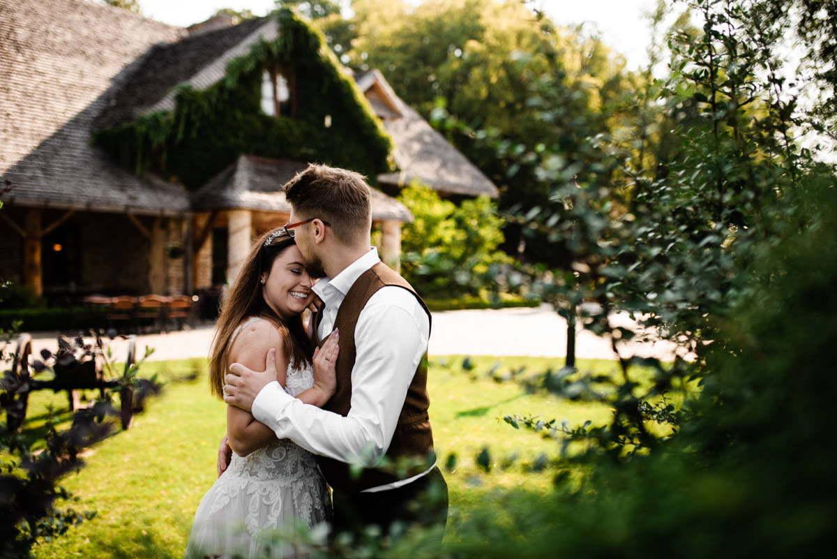Miejsce na plener ślubny w altanie ogrodu wybrane przez pozującą na fotografii parę młodą