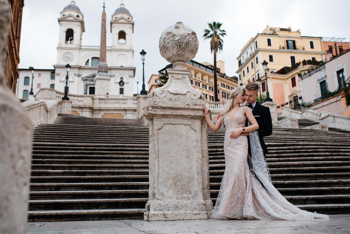 para młoda pozująca przy schodach hiszpańskich w rzymie