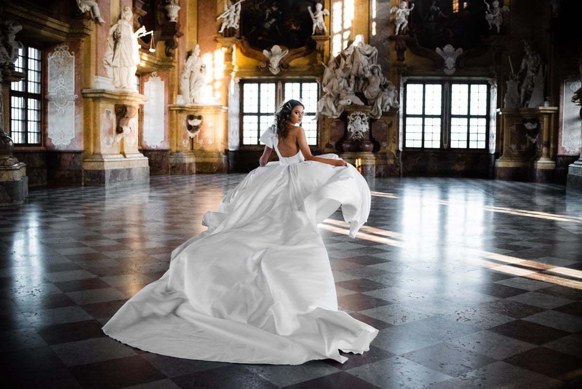 Film ślubny wykonywany w Opactwie w Lubiąży z udziałem Panny młodej w długiej sukni