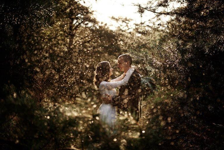 deszczowe ujęcie pary młodej na sesji ślubnej