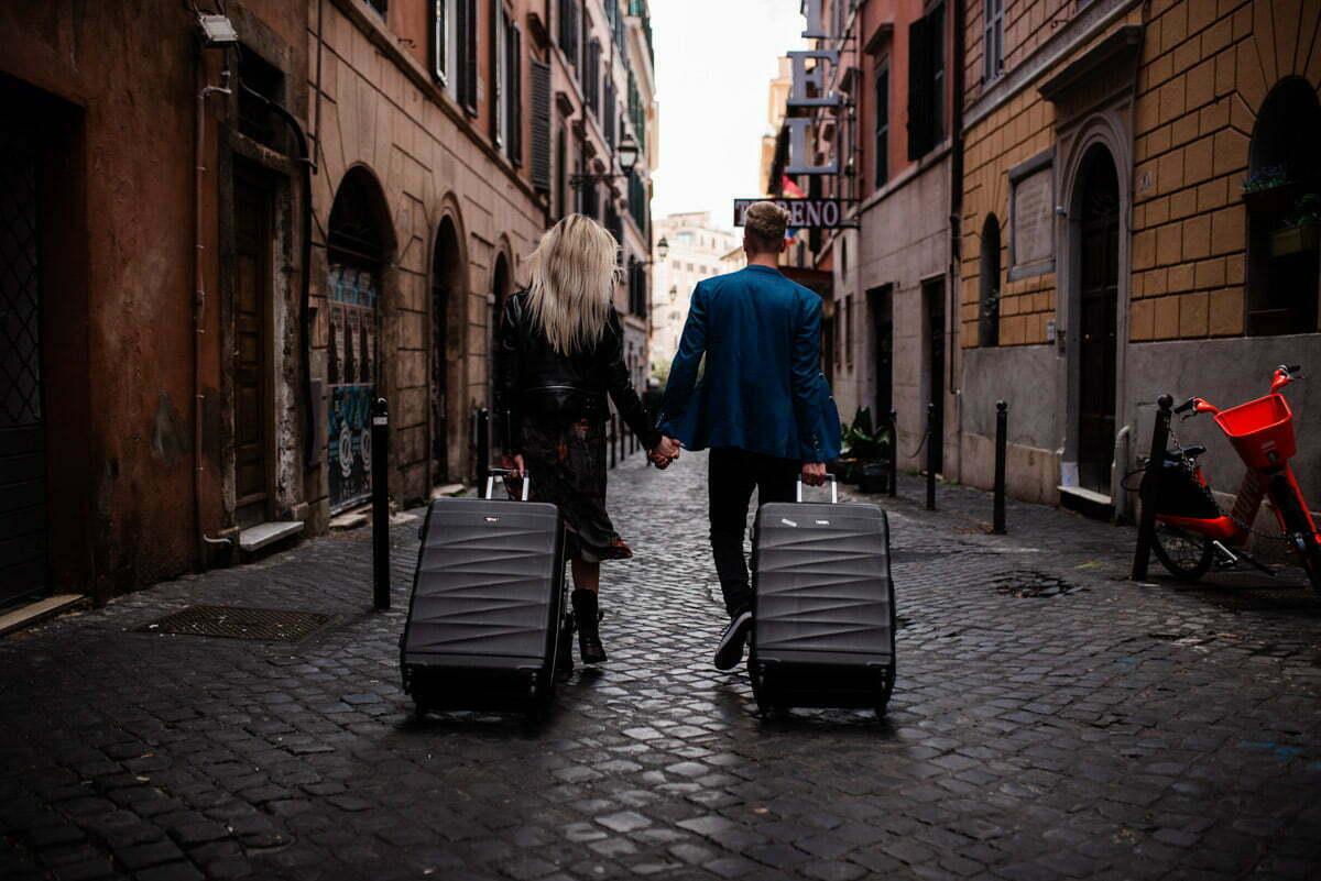 Para zakochanych idąca Rzymską uliczką