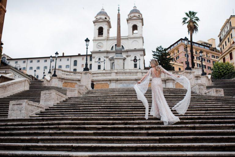Sesja ślubna w Rzymie wykonywana na schodach Hiszpańskich