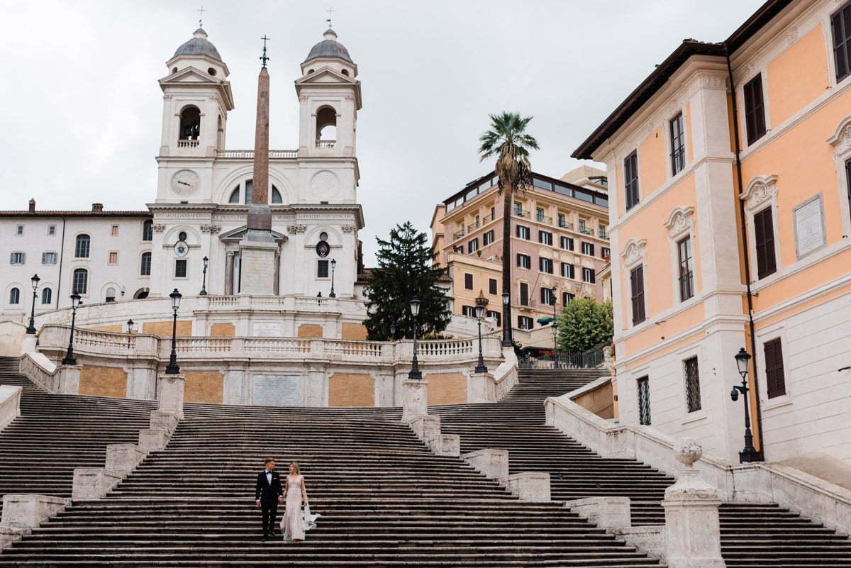 Para młoda idąca po schodach Hiszpańskich