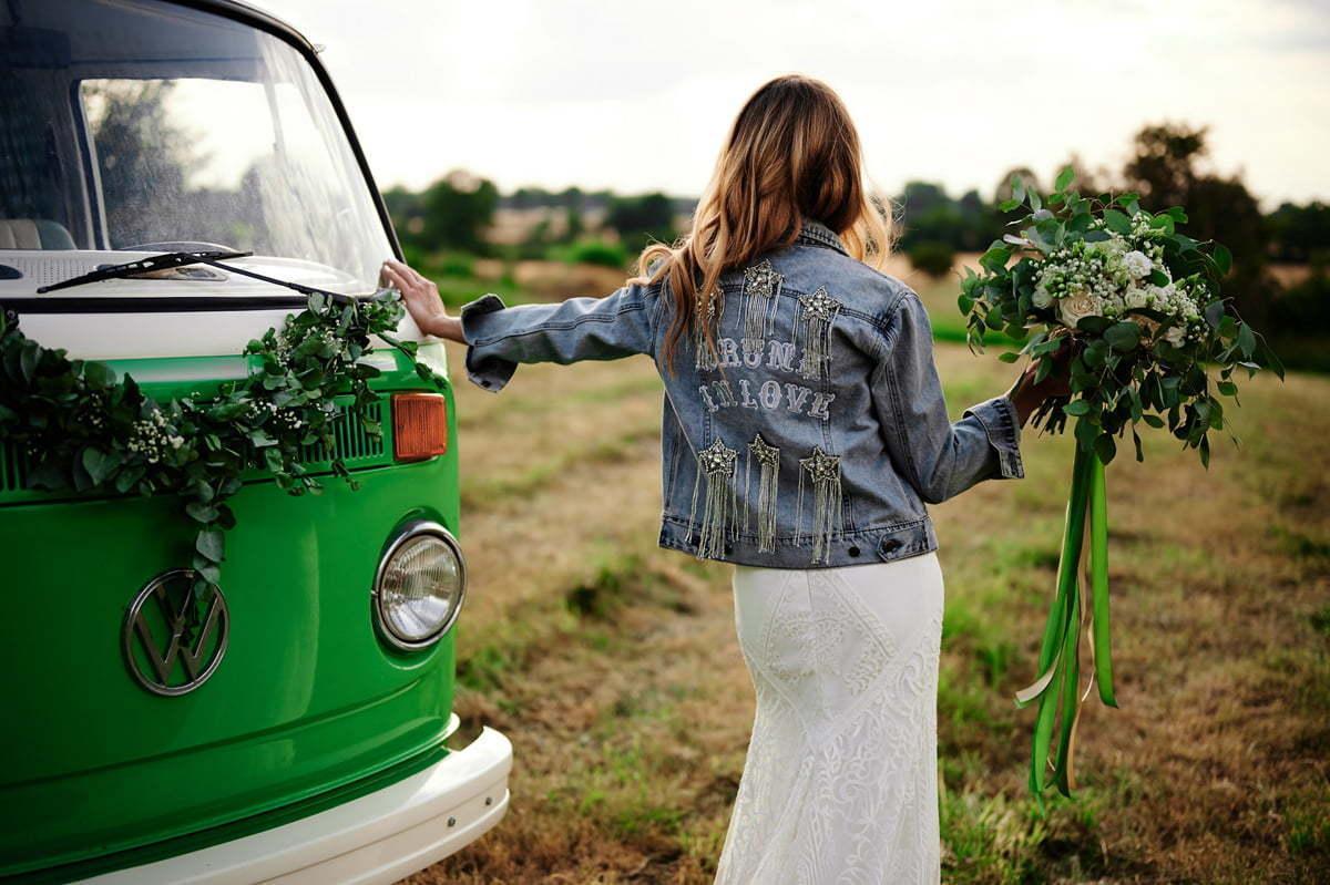 Panna młoda pozująca przy ogórku na swoim slow wedding